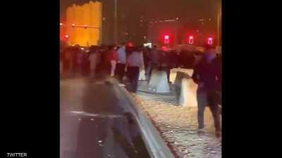 فيديو.. عمال في قطر يتظاهرون احتجاجا على تأخر رواتبهم