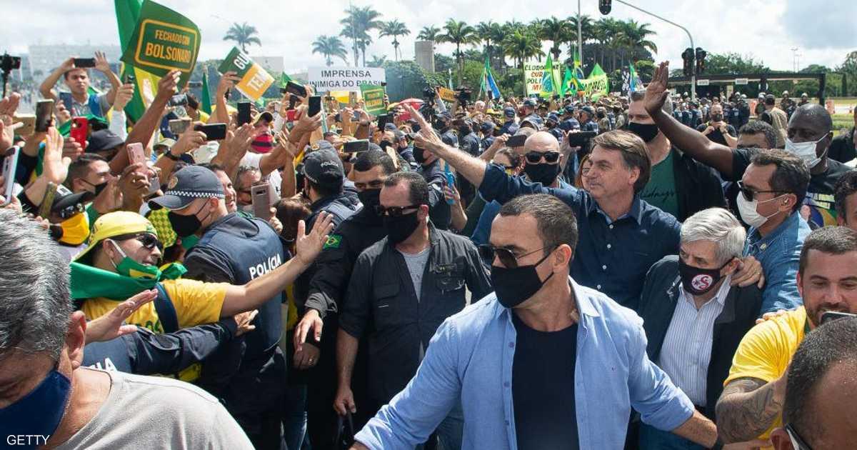 رئيس البرازيل يتحدى كورونا.. بـ