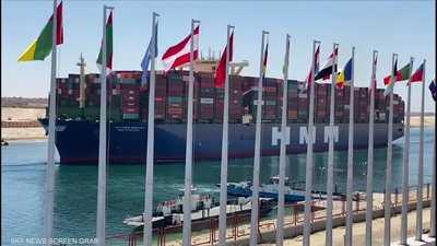 أكبر سفينة حاويات في العالم تعبر قناة السويس
