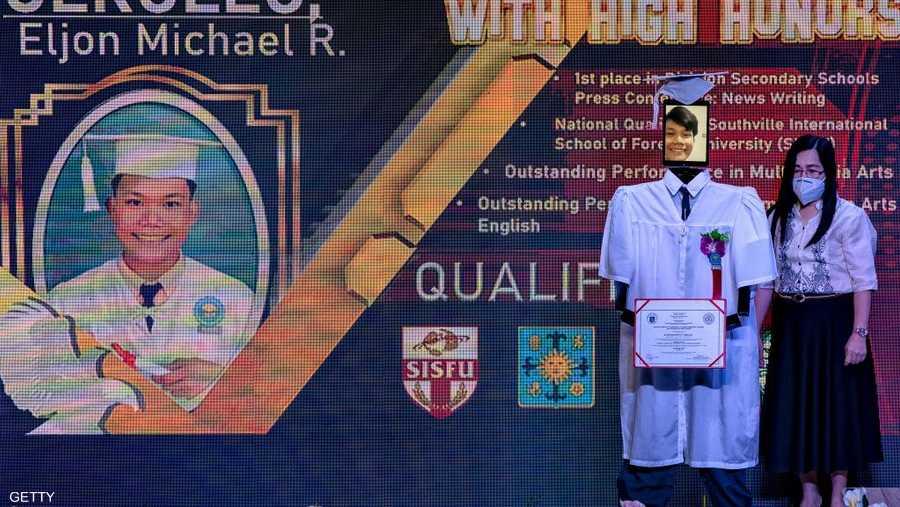 """في مدينة تاغويغ قرب مانيلا لجأت مدرسة ثانوية عامة متخصصة بالتكنولوجيا إلى فكرة بديلة لحفل تخريج الطلاب والطالبات، أطلق عليها وصف """"حفل التخرج السيبراني""""، أي التخرج بواسطة روبوتات وعبر الإنترنت."""