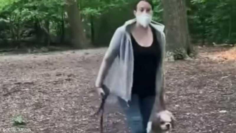 مشهد من الفيديو الذي يظهر عنصرية امرأة بيضاء في نيويورك