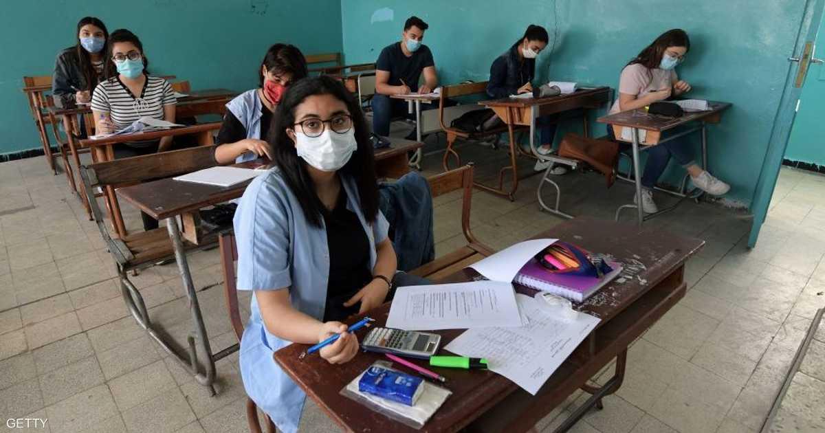 بالكتاب والكمامة.. طلاب الثانوية يعودون للمدارس في تونس