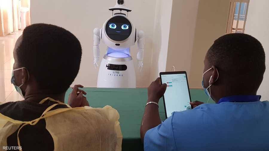تبرع برنامج الأمم المتحدة الإنمائي بهذه الأجهزة البيضاء ذات الأعين الزرقاء البراقة والمظهر الشبيه بالبشر، وأصبحت جزءا من فريق العلاج في المنشأة الصحية، الواقعة بالقرب من العاصمة الرواندية كيغالي.