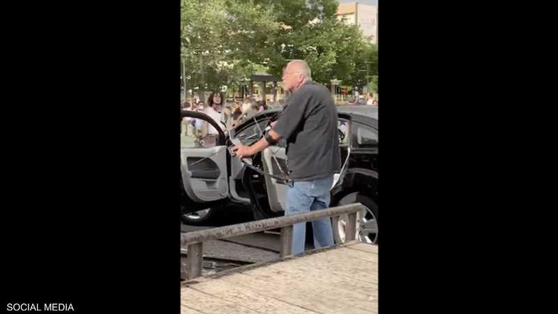 رجل حاول التصدي للمظاهرات بقوس وسهم