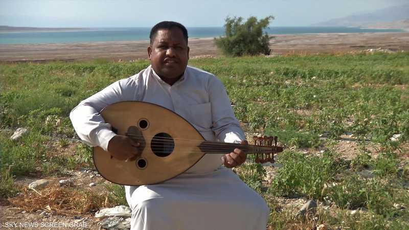 أردني يلجأ إلى الغناء للمطالبة بفرصة عمل في منطقة الأغوار