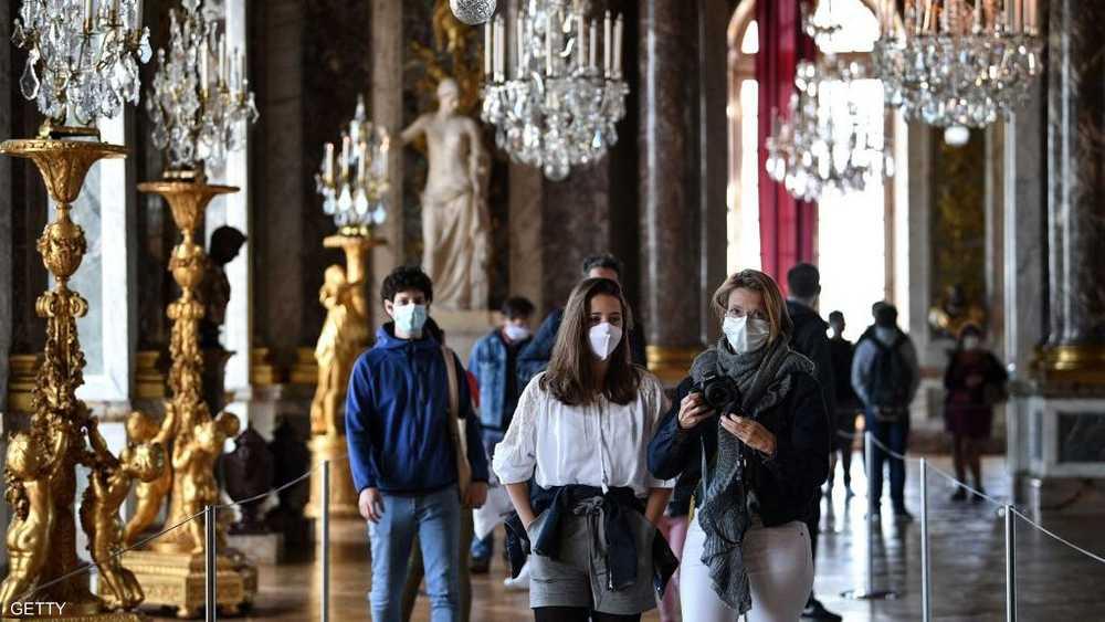 زوار يضعون كمامات للوقاية من فيروس كورونا في قصر فرساي.