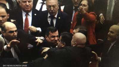 """بعد """"عراك"""".. البرلمان التركي يمرر قانون """"ميليشيات الشوارع"""""""