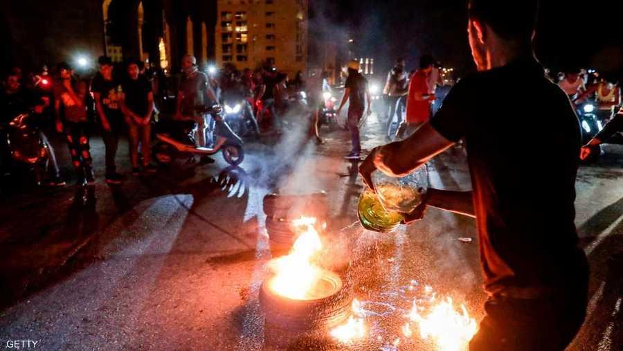 أغلق لبنانيون الطرق باستخدام الإطارات المشتعلة وصناديق القمامة بأنحاء بيروت وعدة مدن، الخميس.