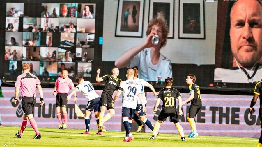 فريق دنماركي قرر عرض وجوه المشجعين أثناء متابعتهم المباراة.