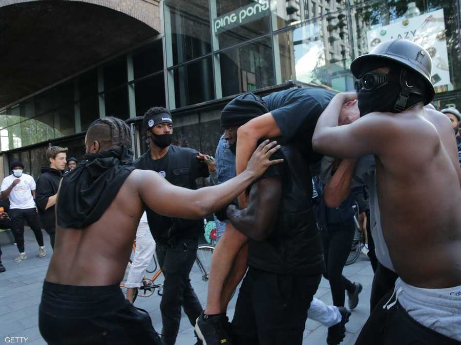 حمل متظاهر من أصول أفريقية شخصا يشتبه في أنه متظاهر يميني