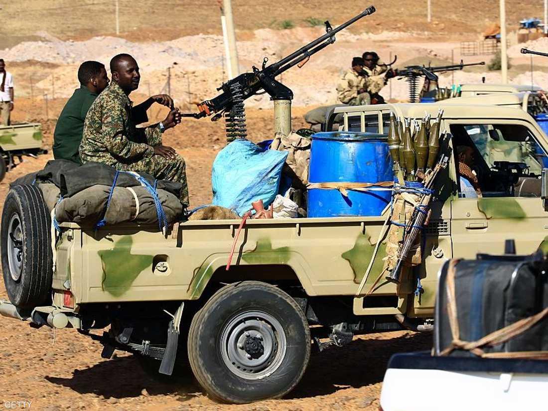 قوات سودانية شبه عسكرية تقوم بدورية على الحدود مع إثيوبيا