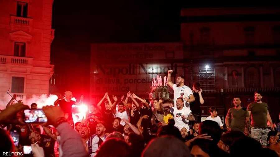 حدثت التجمعات في أجزاء مختلفة من المدينة، وأضاء المحتفلون المشاعل.