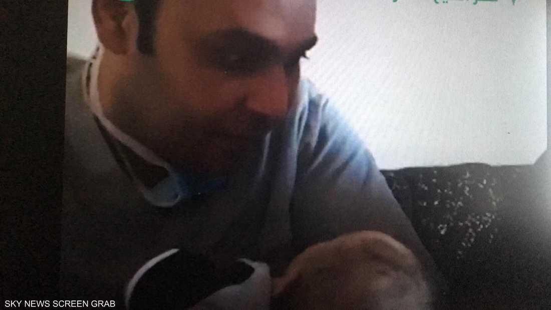 الطبيب محمود سامي يحتضن طفله الأول