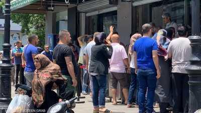"""""""طوابير الخبز"""" تعود إلى لبنان بفعل أزمة الدولار"""