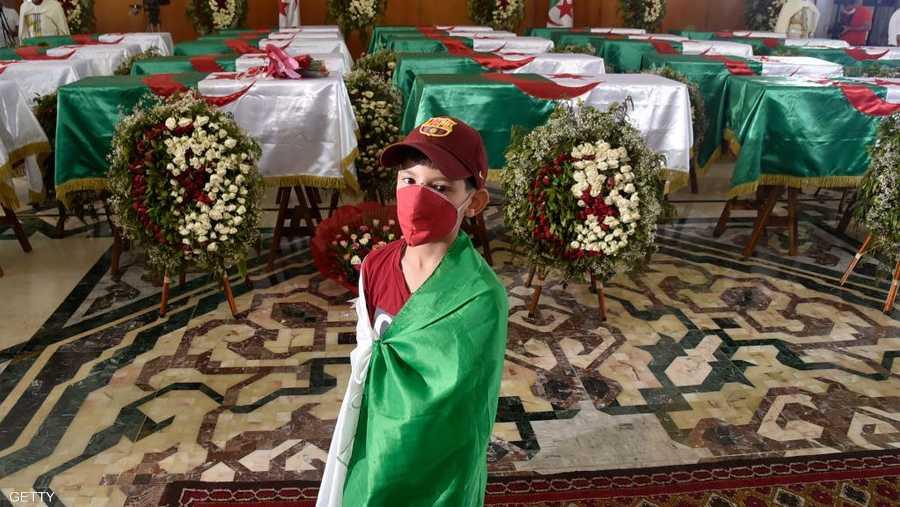 وضعت الرفات في قصر الثقافة بالعاصمة الجزائرية.