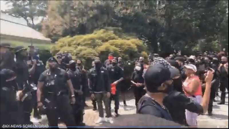 محتجون مسلحون ينظمون مسيرة في متنزه ستون ماونتن