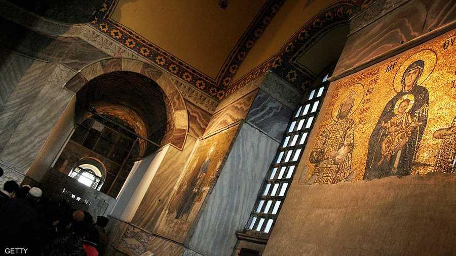 كانت آيا صوفيا كاتدرائية للمسيحيين الأرثوذوكس طوال 900 عام، وحوّلها محمد الفاتح مسجدا عند فتحه القسطنطينية، وبقي كذلك لنحو 5 قرون، ثم صار متحفا عام 1934، بقرار من مصطفى كمال أتاتورك.