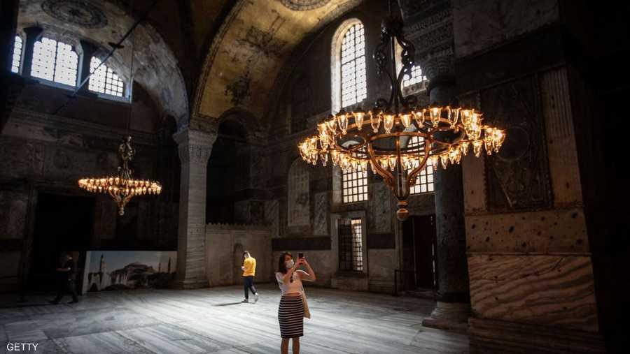 """وتشكل """"آيا صوفيا"""" رائعة هندسية شيدها الإمبراطور يوستنيانوس في القرن السادس للميلاد وكانت مقرا للبطريركية الأرثوذكسية في القسطنطينية."""