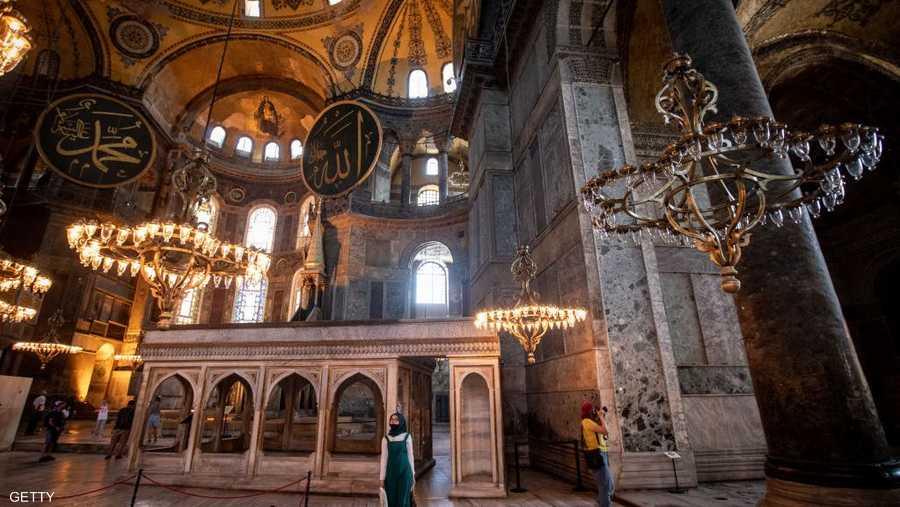 استغرق بناء آيا صوفيا حوالي خمس سنوات وافتتحت سنة 537 ميلادية، وظلت كاتدرائية حتى فتح القسطنطينية عام 1453، حيث أضيف للمبنى منبر ومئذنة.