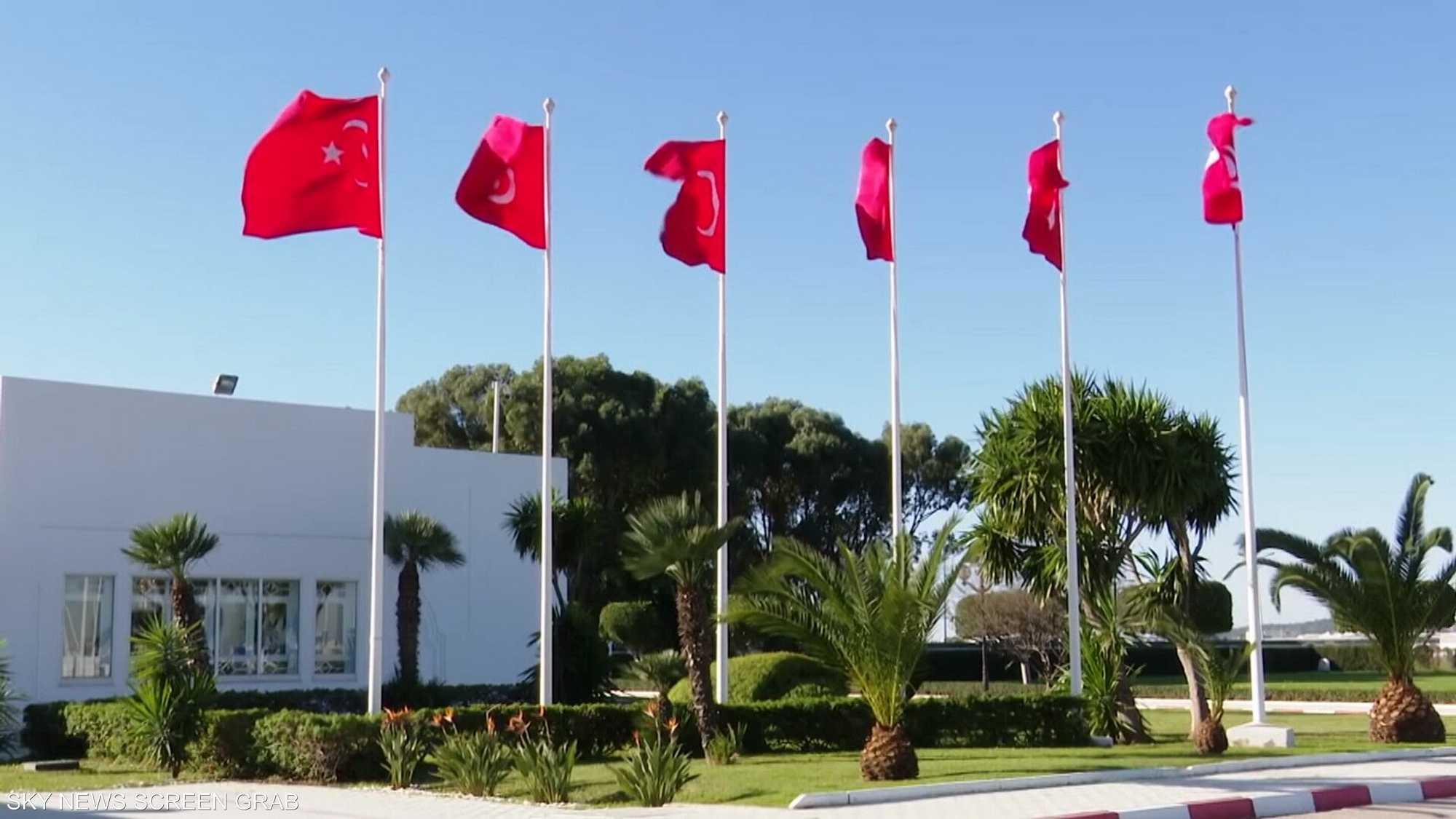 المشهد التونسي إلى مزيد من التعقيد.. اعتصام للدستوري الحر