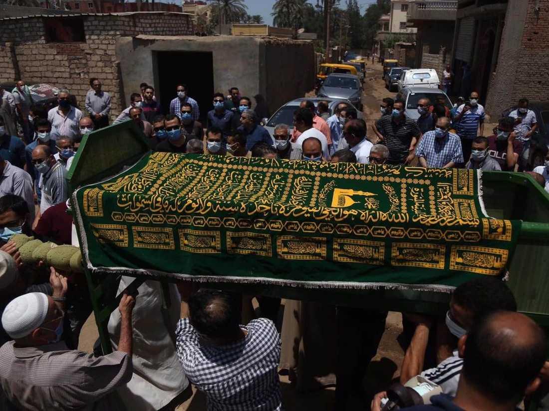 """جانب من جنازة """"طبيب الغلابة"""" - تصوير محمد لطفي."""