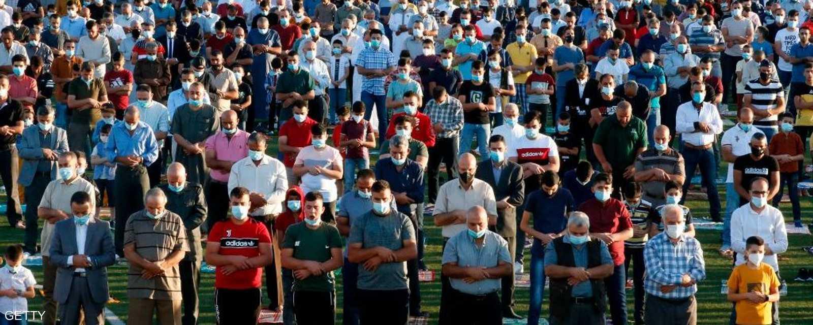 أدى المسلمون في أنحاء العالم صلاة عيد الأضحى، الجمعة، في صفوف متباعدة في المساجد والشوارع والكمامات على وجوههم وسط إجراءات للوقاية من فيروس كورونا المستجد.