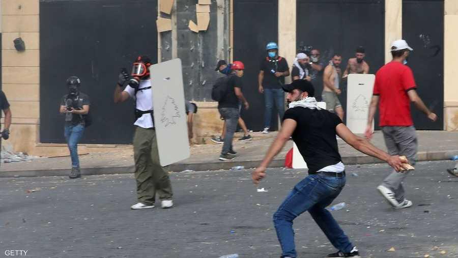 رشق مشاركون في التظاهرة قوات الأمن اللبناني بالحجارة.
