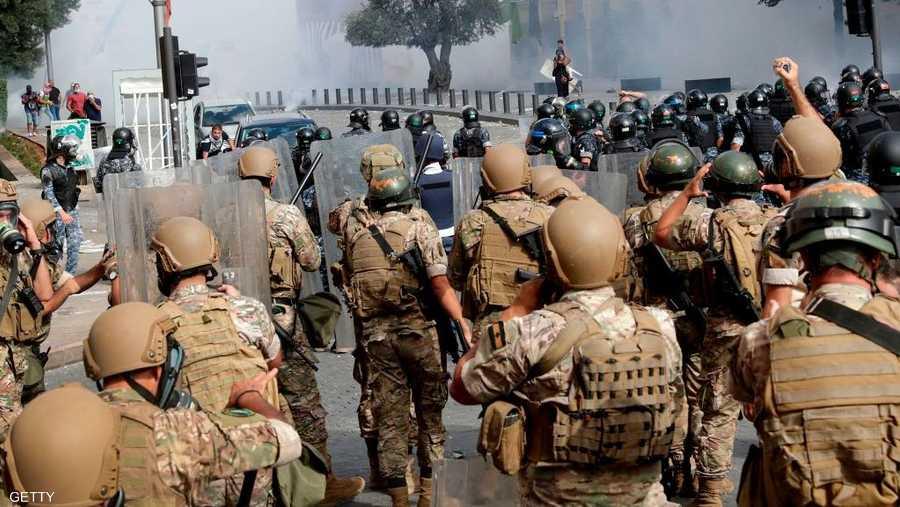 شدد الجيش اللبناني في بيان له على ضرورة سلمية التعبير والابتعاد عن قطع الطرق والحفاظ على الأملاك العامة.