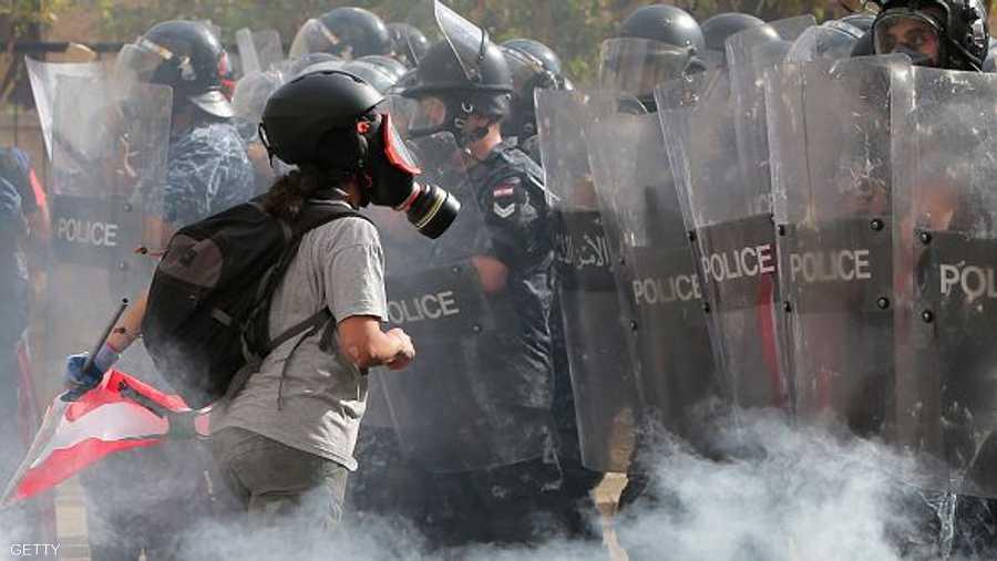 المتظاهرون يتحدون الجدار الأمني أمام البرلمان