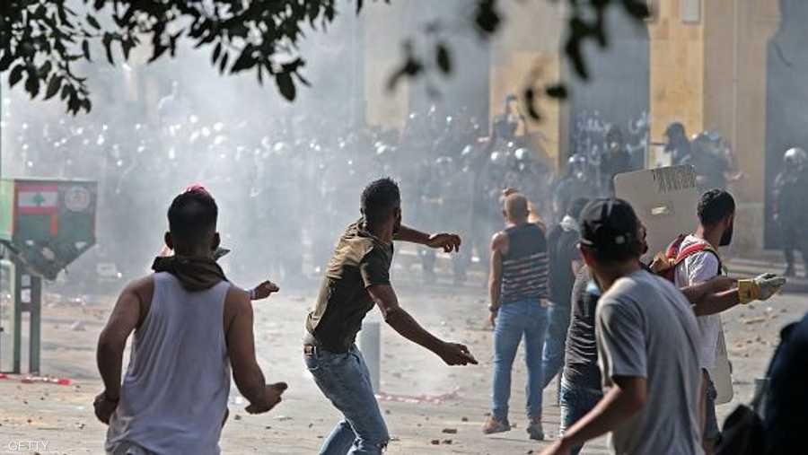 المتظاهرون يرشقون عناصر الفرق الأمنية المتواجدة وسط بيروت