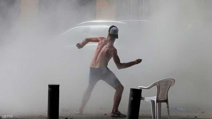 متظاهر وسط دخان الغاز المسيل للدموع