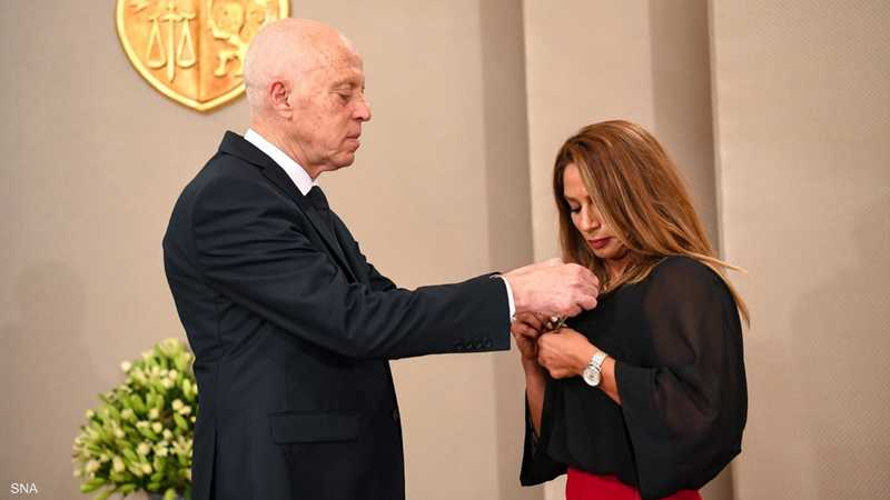 الرئيس التونسي يقلد مروى العامري وسام الاستحقاق