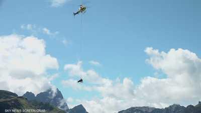 مروحية تحمل بقرة مصابة بأحبال في جبال الألب بسويسرا