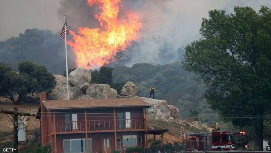 حوصر عشرات الأشخاص بسبب النيران سريعة الانتشار.