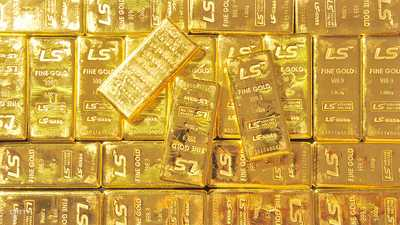 الذهب يتراجع بعد توقعات اقتصادية قوية من المركزي الأميركي