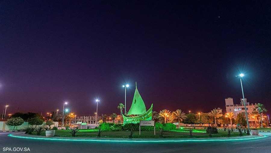 الأعلام الوطنية تزين الساحات العامة في المدن السعودية