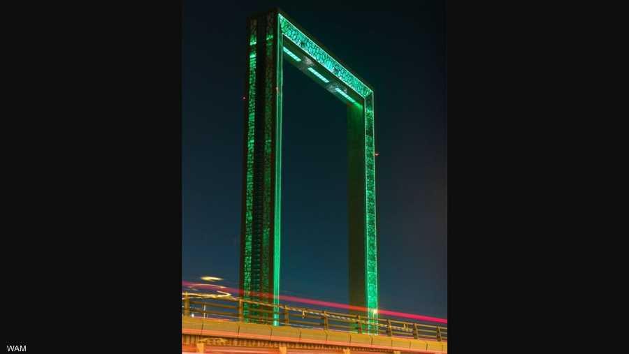 معالم دبي الحضارية ( برواز دبي) تتزين بالأخضر