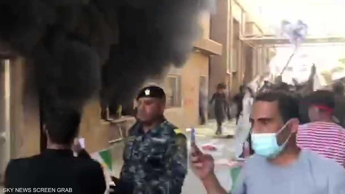 """موالون لـ""""لحشد"""" يحرقون مقار الديمقراطي الكردستاني ببغداد"""