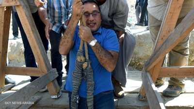 """بالصور.. رئيس وزراء مصر يتدلى بحبل داخل """"بئر أثري"""""""