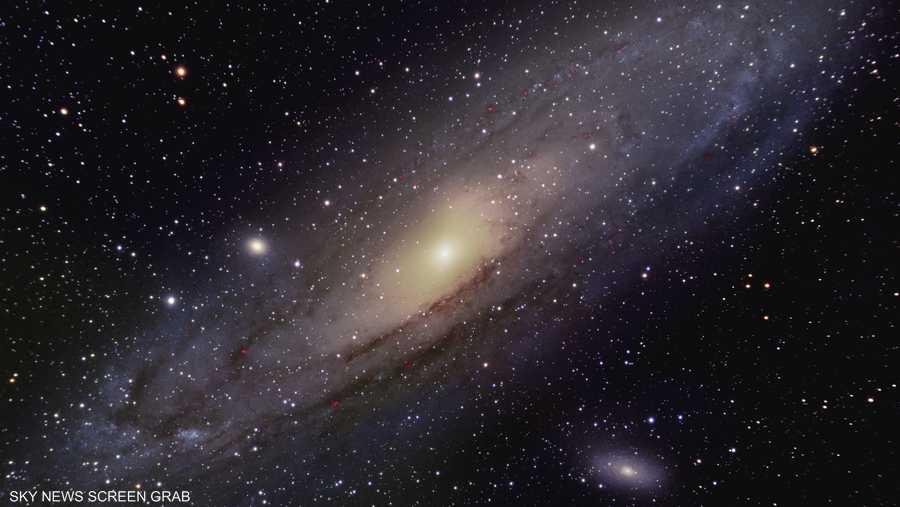 أندروميدا هي أقرب المجرات لدرب التبانة، وتبعد عن الأرض حوالي 2.5 مليون سنة ضوئية.