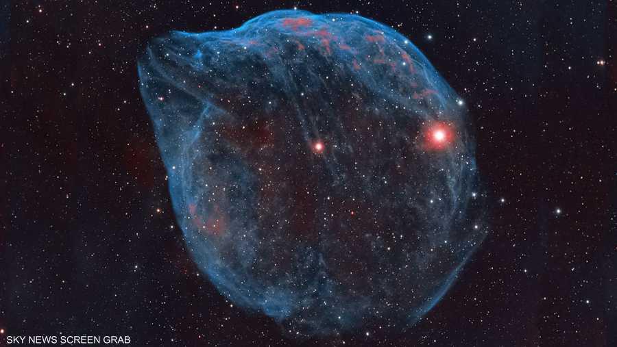 سديم الدولفين، يبعد حوالي 5200 سنة ضوئية عن الأرض.