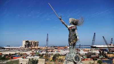 تمثال للفنانة اللبنانية حياة ناظر مصنّع من أنقاض مرفأ بيروت