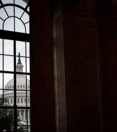 قبة الكابيتول تظهر من إحدى نوافذ مبنى مكتب راسل لمجلس الشيوخ