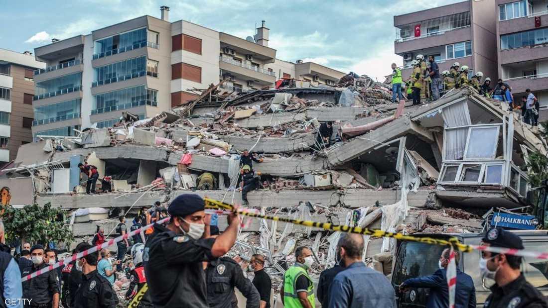 انهيار مبنى بسبب الزلزال الذي ضرب أزمير في تركيا