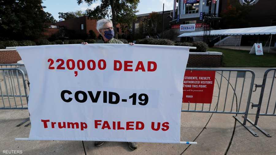 يرى كثيرون أن العدد الكبير من الوفيات من جراء أزمة كورونا في الولايات المتحدة قد يدفع الناخبين للتصويت لصالح بايدن.