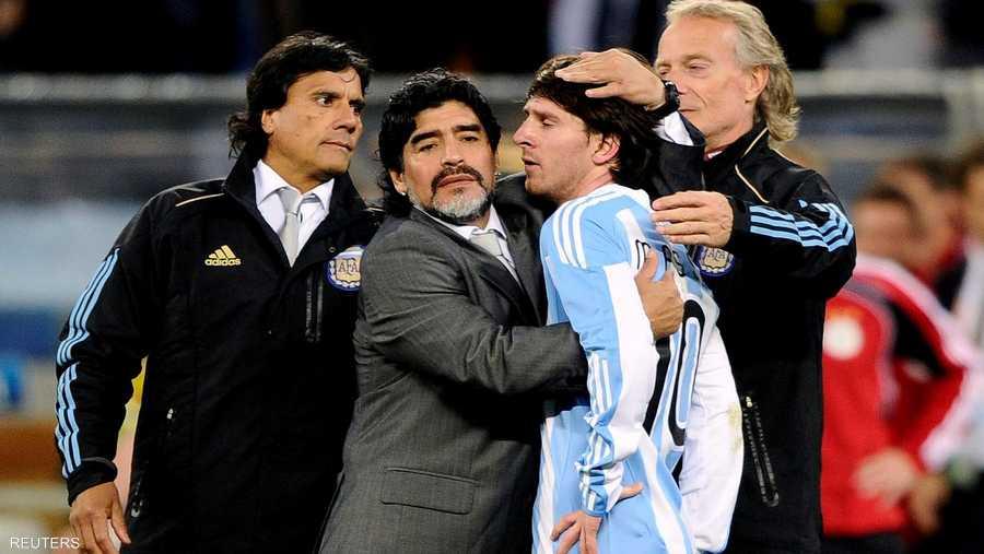 مع ميسي عندما كان مدربا لمنتخب الأرجنتين في كأس العالم 2010