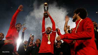 محمود كهربا يحمل كأس دوري أبطال أفريقيا