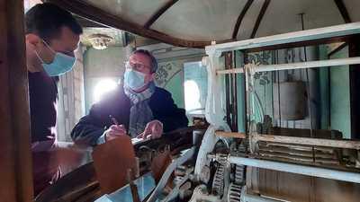 """بالصور.. خبير فرنسي في مهمة لإصلاح """"أقدم ساعة في مصر"""""""