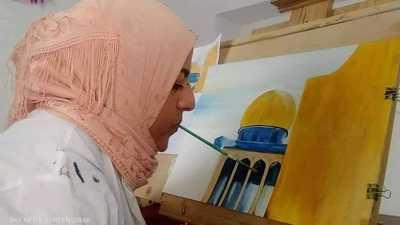 """الفن بالفم.. تشكيلية تونسية تخوض """"رحلة تحد وإبداع"""""""