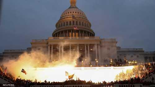 النيران تشتعل في الكابيتول.. وأنصار ترامب يحاصرونه